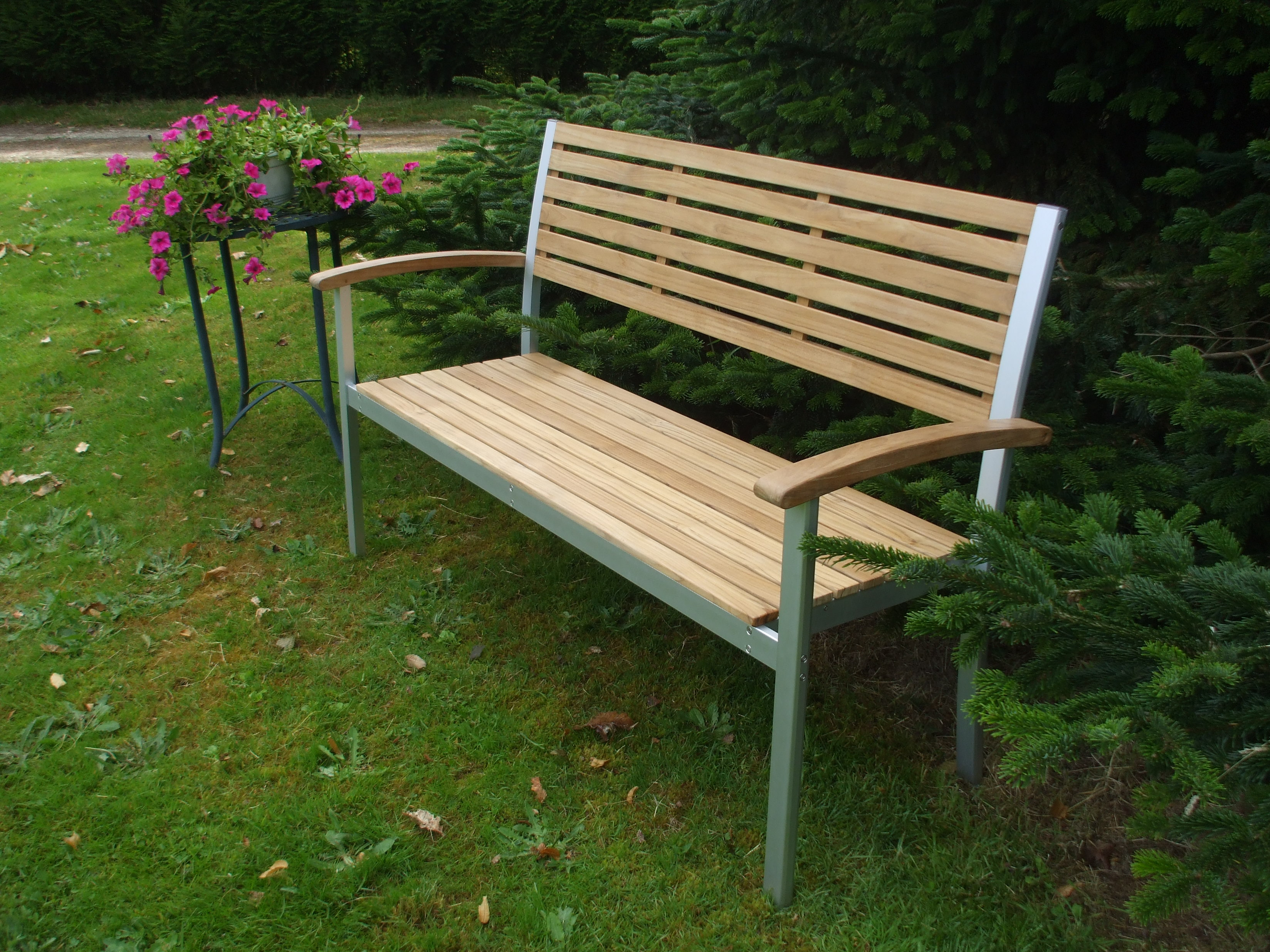 Un banc de jardin solide confortable et design pictures for Table jardin beauty